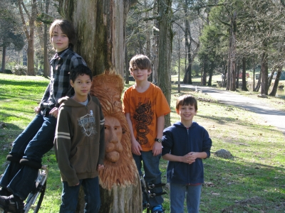 Boys with lion carving by Tim Tingle. Photo by Andrew Cost.